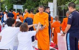 Beaucoup de personnes donnent la nourriture et boivent pour l'aumône à 1.536 moines bouddhistes dans le jour de bucha de visakha images stock