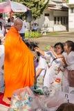 Beaucoup de personnes donnent la nourriture et boivent pour l'aumône à 1.536 moines bouddhistes dans le jour de bucha de visakha photos libres de droits