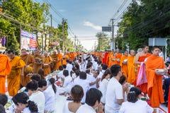 Beaucoup de personnes donnent la nourriture et boivent pour l'aumône à 1.536 moines bouddhistes dans le jour de bucha de visakha photographie stock libre de droits