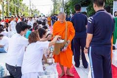 Beaucoup de personnes donnent la nourriture et boivent pour l'aumône à 1.536 moines bouddhistes dans le jour de bucha de visakha photos stock