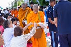 Beaucoup de personnes donnent la nourriture et boivent pour l'aumône à 1.536 moines bouddhistes dans le jour de bucha de visakha photo libre de droits