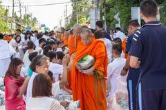Beaucoup de personnes donnent la nourriture et boivent pour l'aumône à 1.536 moines bouddhistes dans le jour de bucha de visakha photographie stock