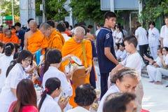 Beaucoup de personnes donnent la nourriture et boivent pour l'aumône à 1.536 moines bouddhistes dans le jour de bucha de visakha image libre de droits