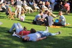 Beaucoup de personnes en parc dans la ville Rotterdam pendant l'été Photo libre de droits