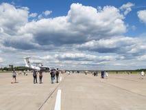 Beaucoup de personnes et de touristes à l'aérodrome Kubinka Image libre de droits