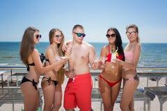 Beaucoup de personnes heureuses et gaies dans des costumes de natation sur un fond lumineux de mer Portrait d'été des personnes a Images stock