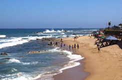 Beaucoup de personnes inconnues sur la plage d'Umdloti près de Durban Photos libres de droits