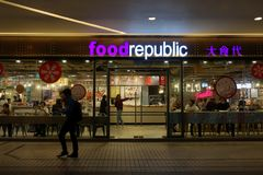 Beaucoup de personnes mangeant de la nourriture au centre de république de nourriture la nuit Photo stock