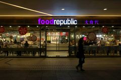 Beaucoup de personnes mangeant de la nourriture au centre de république de nourriture la nuit Photographie stock libre de droits