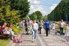 Beaucoup de personnes marchant en parc de ville Photo stock