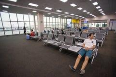 Beaucoup de personnes s'asseyant dans le vol de attente de terminal à l'aéroport international de Don Mueang Images libres de droits