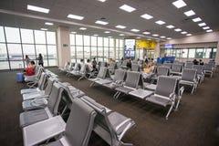 Beaucoup de personnes s'asseyant dans le vol de attente de terminal à l'aéroport international de Don Mueang Photographie stock