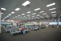 Beaucoup de personnes s'asseyant dans le vol de attente de terminal à l'aéroport international de Don Mueang Photographie stock libre de droits