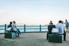 Beaucoup de personnes s'asseyent sur la plate-forme d'observation sous le pont de Galata et regardent la vue du Bosphorus à Istan Photographie stock libre de droits
