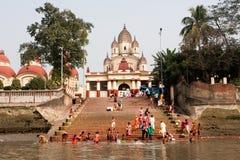 Beaucoup de personnes se baignant dans l'eau de la rivière Photos stock