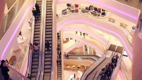 Beaucoup de personnes se lèvent sur l'escalator au mail l'Ukraine, Kiev Centre commercial TSUM 01 17 18 banque de vidéos