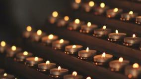 Beaucoup de petites bougies d'église brûlent à l'autel