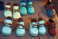 Beaucoup de petites chaussures du ` s d'enfants dans le devanture de magasin Image stock