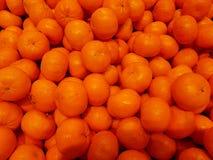 Beaucoup de petites oranges attendent pour être vendues Photo libre de droits