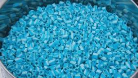 Beaucoup de petites sucreries bleues de caramel secouant, se ferment  Sucreries ou bonbons de lucette sur le festival de nourritu banque de vidéos