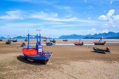 Beaucoup de petits bateaux de pêche sur le sable échouent pendant la marée basse avec le ciel bleu nuageux Photo libre de droits