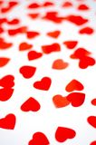 Beaucoup de petits coeurs rouges sur un fond d'isolement photo stock