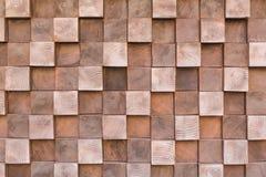 Beaucoup de petits cubes en bois de différentes tailles, étroitement se trouvant l'un après l'autre, imitant la texture du mur photo stock