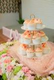 beaucoup de petits gâteaux sur des étagères d'étagère à la noce portion de dessert pour épouser l'invité images libres de droits