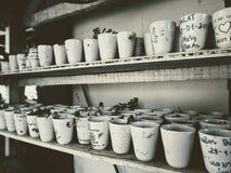 Beaucoup de petits pots sont sur les étagères décoration intérieure dans un café photographie stock libre de droits