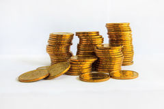 Beaucoup de pièces de monnaie avec l'au sol de dos de blanc Images libres de droits