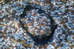 Beaucoup de pièces de monnaie dans l'étang Photo stock