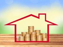 Beaucoup de pièces de monnaie dans la colonne dans la maison sur la table en bois au-dessus de la nature Photographie stock libre de droits