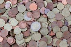 Beaucoup de pièces de monnaie dispersées euro Image libre de droits