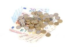 Beaucoup de pièces et billets d'euro d'isolement Photos stock
