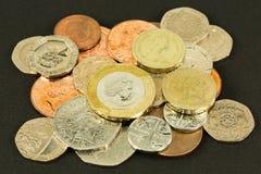 Beaucoup de pièces de monnaie de livre britannique brillantes photographie stock