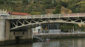 Beaucoup de piétons marchant sur le pont à travers la rivière, appréciant le week-end dans la ville d'été banque de vidéos