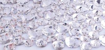 Beaucoup de pierres cousues transparentes sur un fond blanc images libres de droits