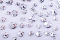 Beaucoup de pierres cousues transparentes sur un fond blanc images stock