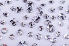 Beaucoup de pierres cousues transparentes sur un fond blanc photos stock