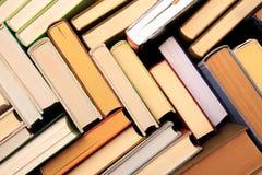 beaucoup de piles de livres Livres de livre cartonn? sur la table en bois De nouveau ? l'?cole Copiez l'espace photos stock