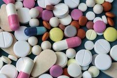Beaucoup de pilules dans différentes formes de couleurs en gros plan photo stock