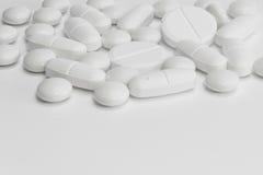 Beaucoup de pilules/de comprimés blancs/médecine Photos stock