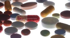 Beaucoup de pilules et de capsules colorées Photo libre de droits