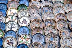 Beaucoup de plaques roumaines traditionnelles de poterie Photographie stock libre de droits
