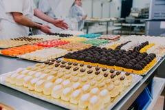 Beaucoup de plats préparés sur la table en métal d'une usine de nourriture images stock