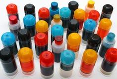 Beaucoup de pots avec l'encre d'imprimerie différente de couleur Photos stock