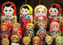 Beaucoup de poupées russes traditionnelles de matryoshka comme souvenirs Photographie stock libre de droits