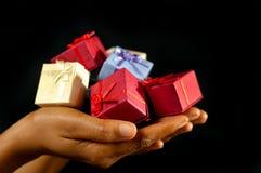 Beaucoup de présents colorés pour vous. Photo stock