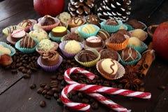 Beaucoup de pralines de chocolat de variété, gourm belge de confiserie image libre de droits