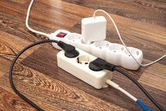 Beaucoup de prises ont branché aux barres de courant électrique Images libres de droits